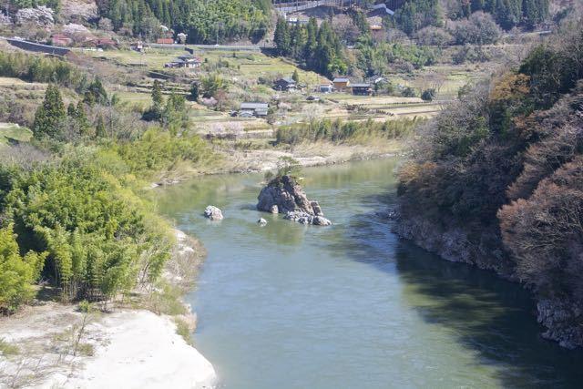 木曽川に浮かぶ伝説の乙姫岩。