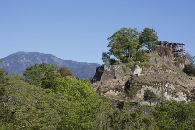 皐月晴れの青空の下、百名山「恵那山」と絶景山城日本一「苗木城跡」