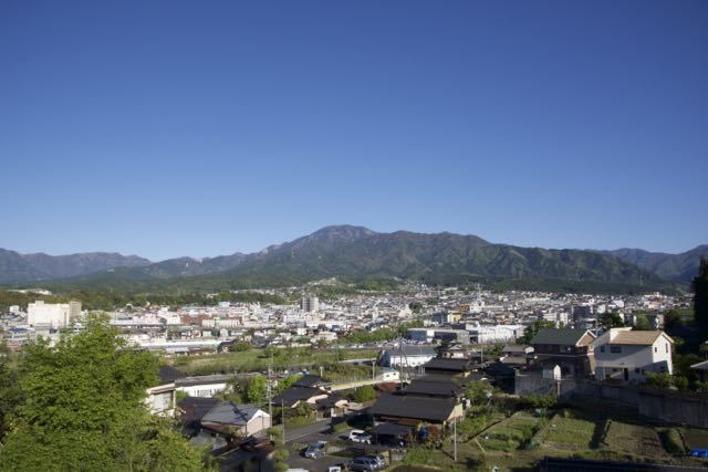 皐月晴れの空の下、恵那山と中津川市街。 border=