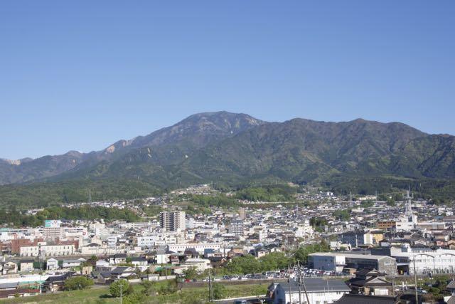 皐月晴れの空の下、恵那山と中津川市街。