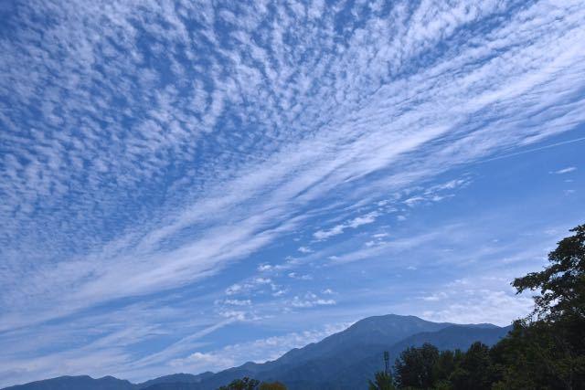 秋空に秋雲と恵那山。