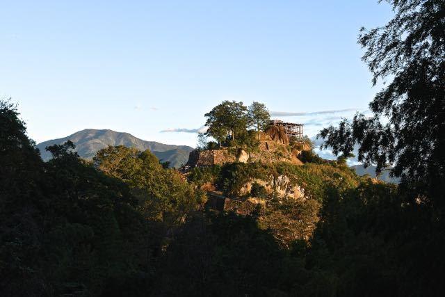 夕陽に染まる恵那山と苗木城