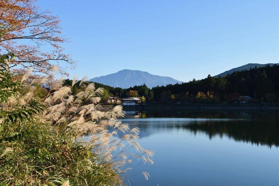 ススキと椛の湖と逆さ恵那山、晩秋の長閑な風景。