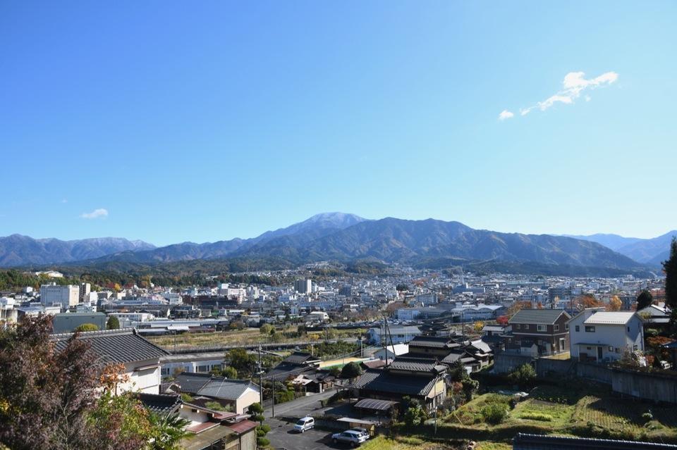 雪化粧の恵那山と中津川市街。 border=