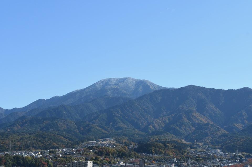 雪化粧の恵那山と中津川市街。