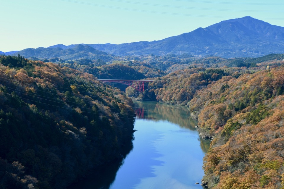 木曽川奥恵那峡の絶景黄葉とエメラルド水。