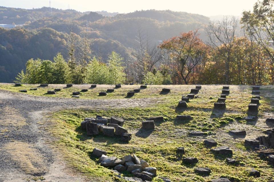 苗木城二の丸跡の礎石。 border=