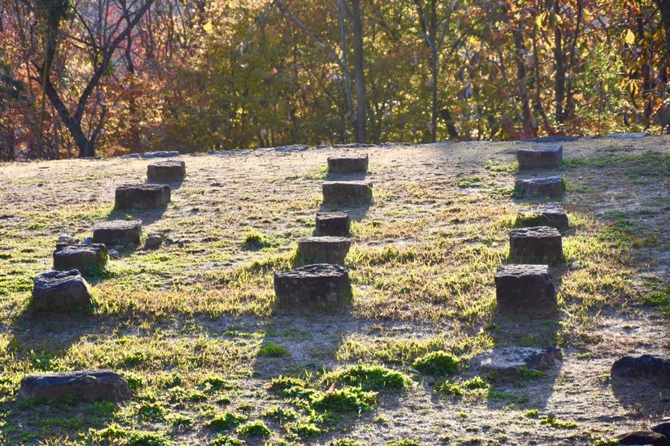 苗木城二の丸跡の礎石。