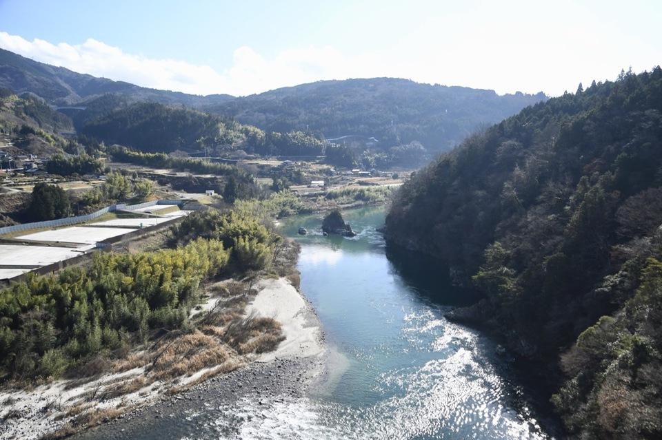 暖かな冬の日差し中、木曽川の流れに浮かぶ伝説の乙姫岩。12/25 午前 border=