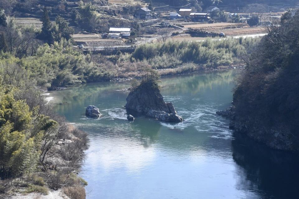 暖かな冬の日差し中、木曽川の流れに浮かぶ伝説の乙姫岩。12/25 午前
