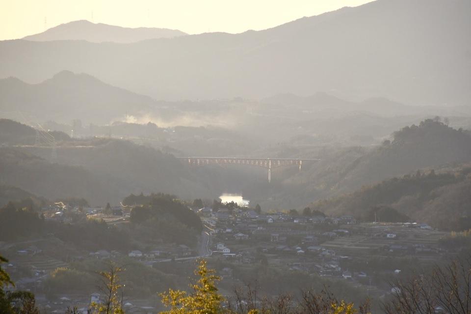 薄暮、黄昏の笠置山と木曽川 中山道落合夕日の丘から。