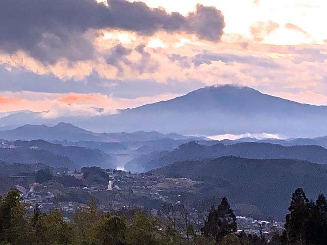 冬の薄暮、笠置山と木曽川の滲む黄昏風景。 border=