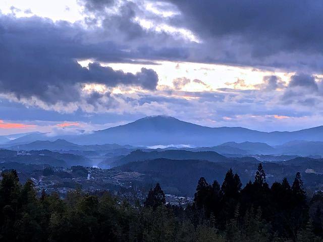 冬の薄暮、笠置山と木曽川の滲む黄昏風景。