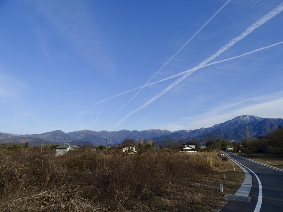 ヒコーキ雲と恵那山、