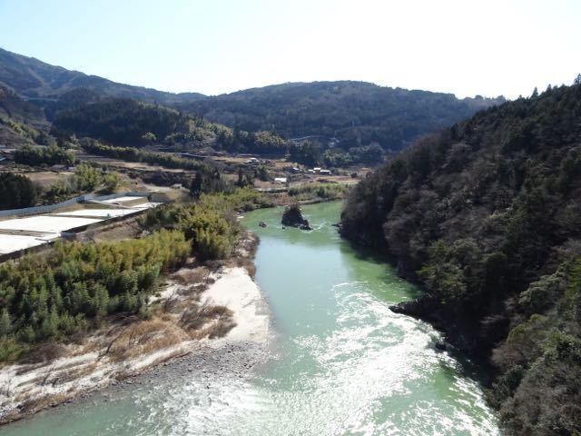 春めきの今日、木曽川に浮かぶ乙姫岩。 border=