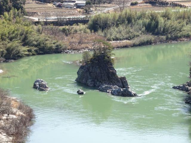 春めきの今日、木曽川に浮かぶ乙姫岩。