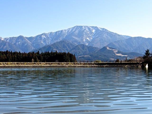 水温む汀からの恵那山
