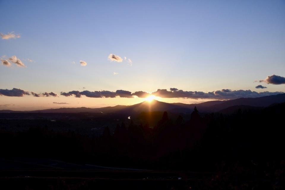 今週は夕焼け三昧、笠置山の真上に太陽が沈む日。  border=