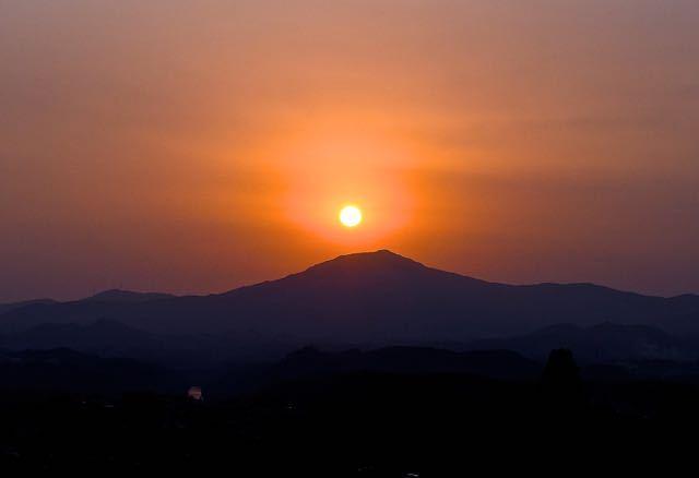 今週は夕焼け三昧、真っ赤な夕焼けの中を太陽が笠置山の天辺に落ちて行った border=