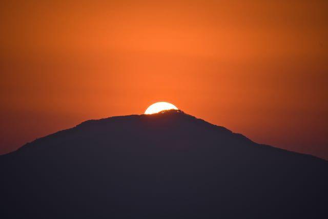 今週は夕焼け三昧、真っ赤な夕焼けの中を太陽が笠置山の天辺に落ちて行った