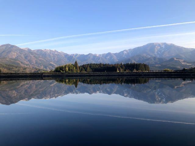 青空と飛行機雲と逆さ恵那山