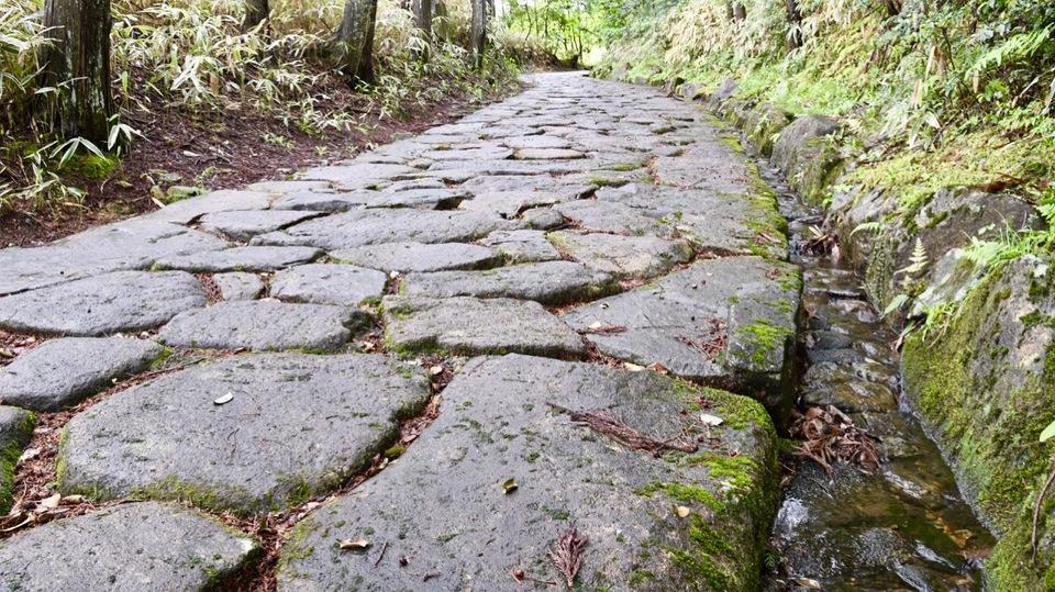 雨上がりの中山道落合の石畳