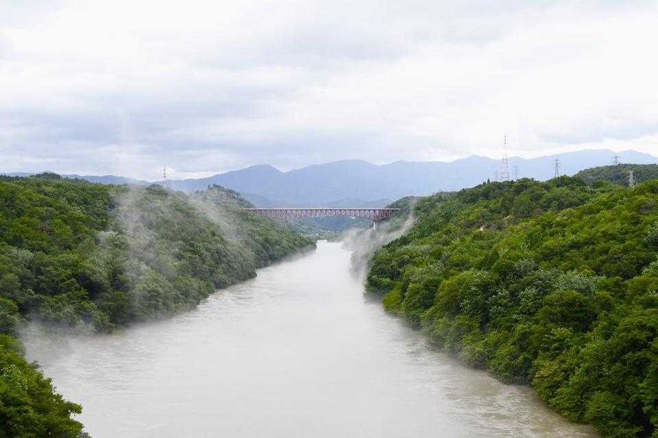 木曽川奥恵那峡に川霧湧く風景。 border=