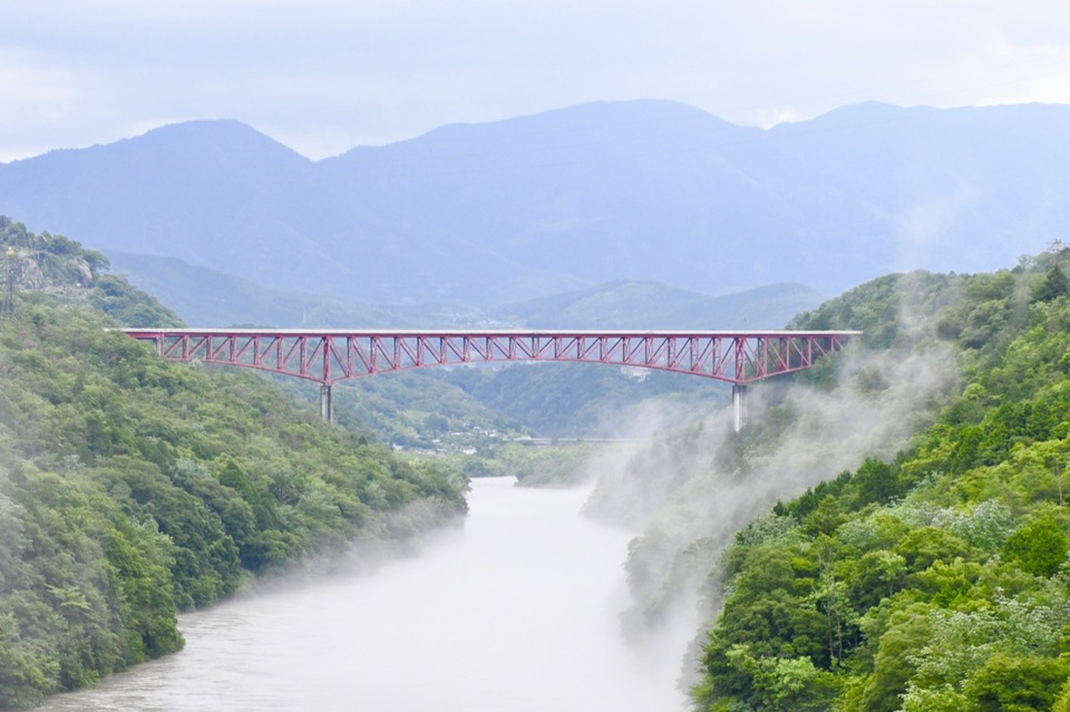 木曽川奥恵那峡に川霧湧く風景。