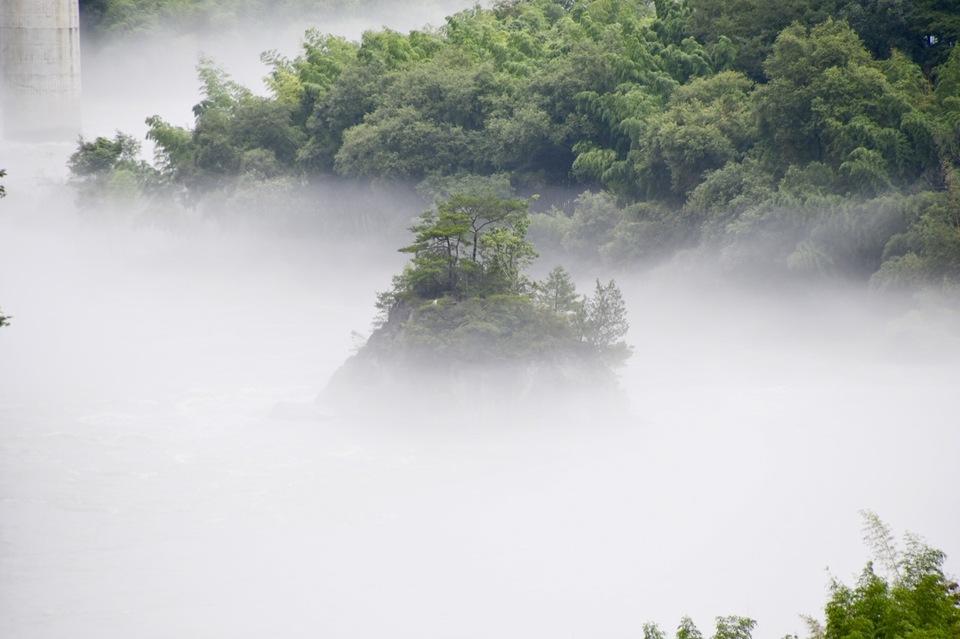 川霧に浮かぶ乙姫岩と乙姫大橋の風景。
