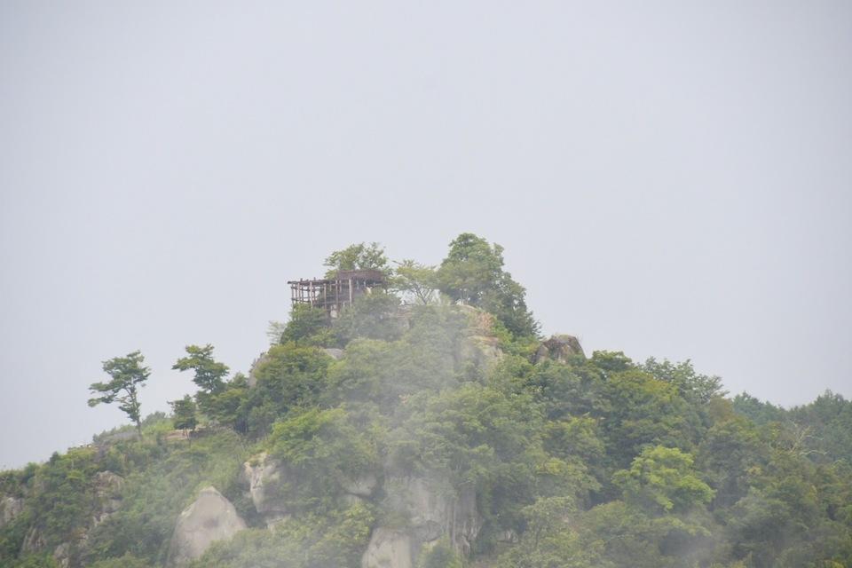 天空の城苗木城は雨が降り始めると霞に包まれます。