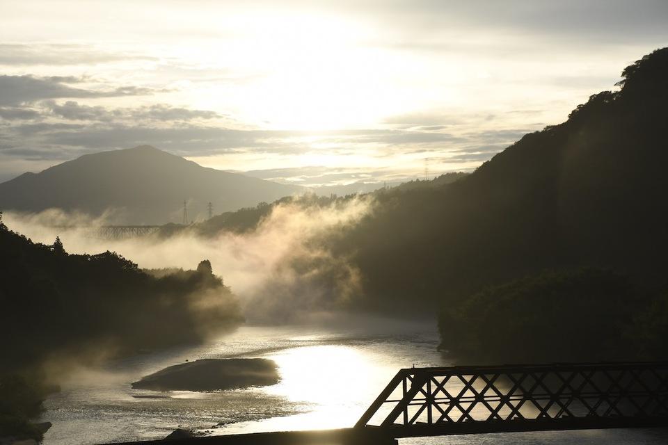 絶景山城苗木城の下、木曽川の夕霧に伝説の龍現る。 border=