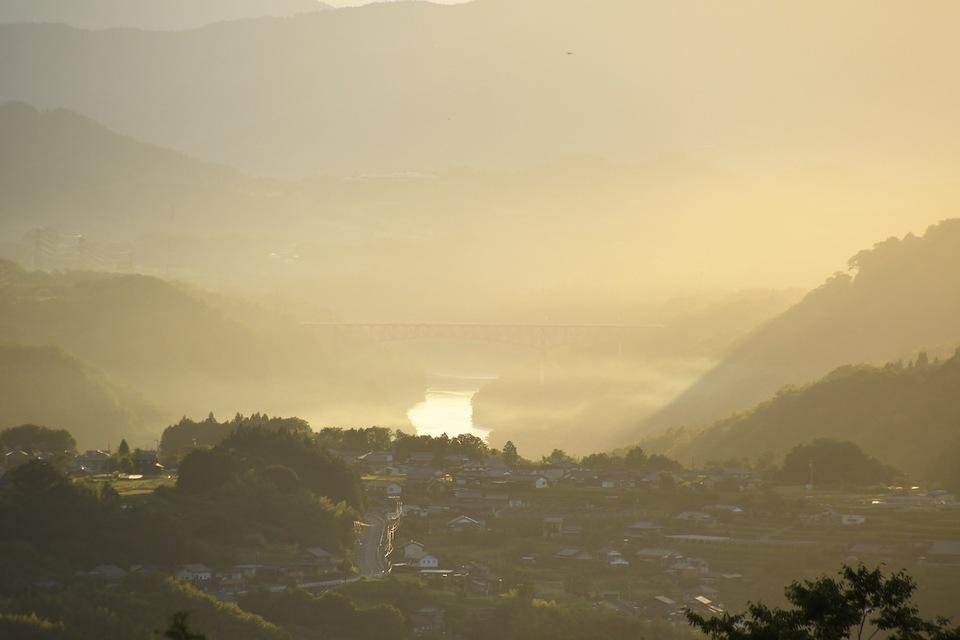夕暮れ時に赤く染まる美濃中津川の風景