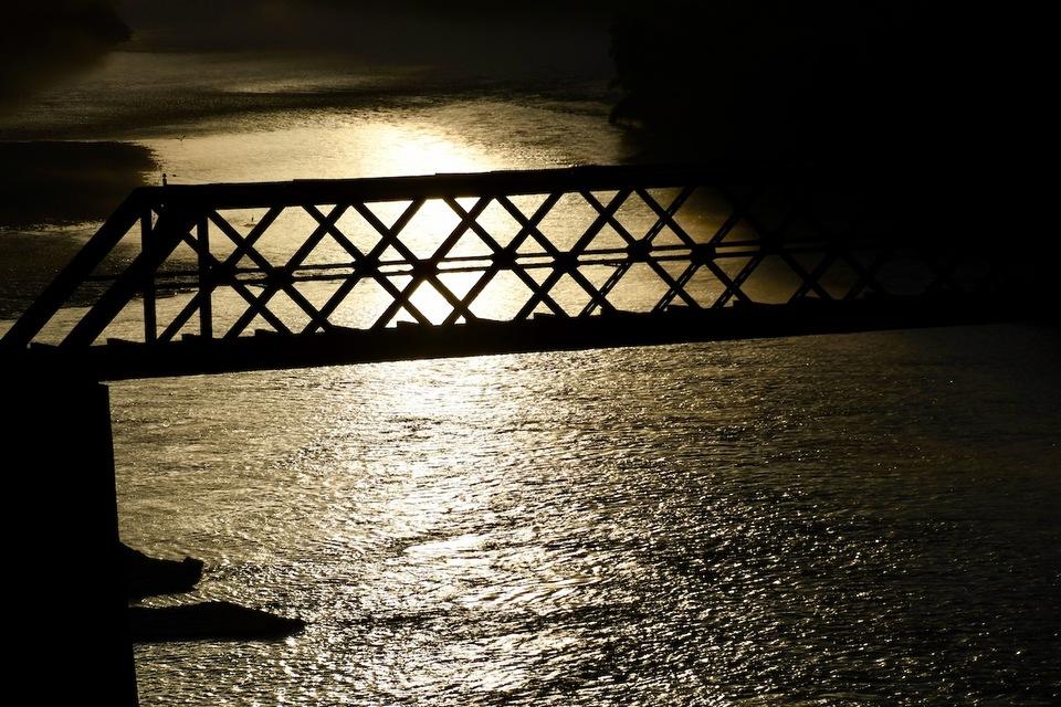 輝く川面に鉄橋のシルエット