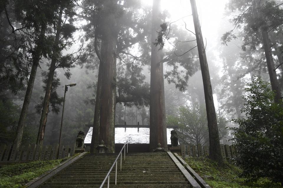 霧が晴れて、恵那神社。 border=