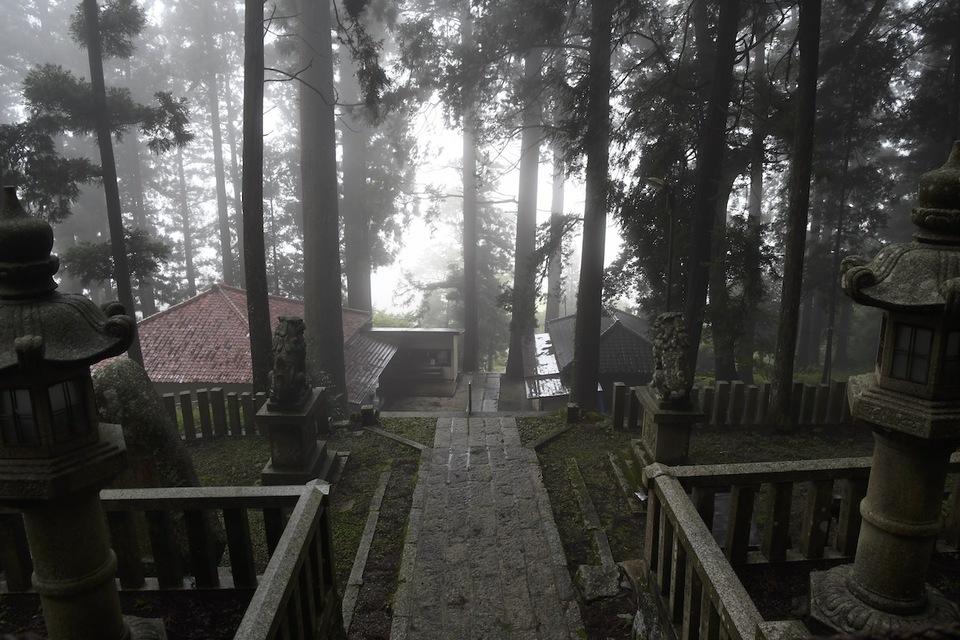 霧が晴れて、恵那神社。