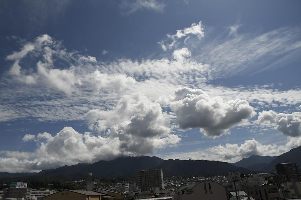 夏雲の上に秋雲、青空を底に薄ら刷毛で引いたような絹雲。 border=