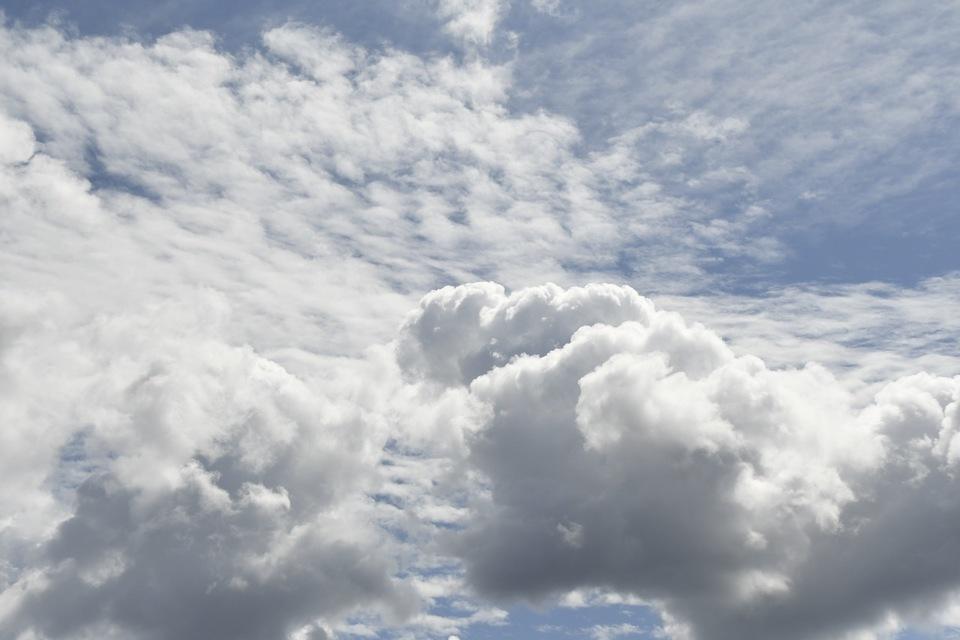 夏雲の上に秋雲、青空を底に薄ら刷毛で引いたような絹雲。