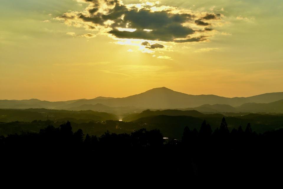 薄暮に霞む笠置山と夕陽に光り輝く木曽川の川面 border=
