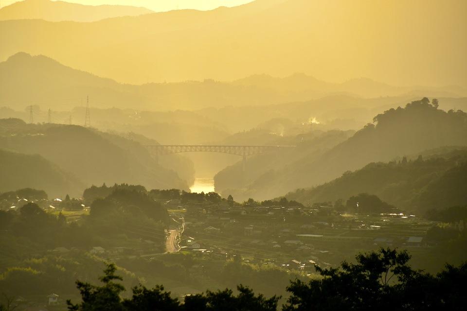 薄暮に霞む笠置山と夕陽に光り輝く木曽川の川面