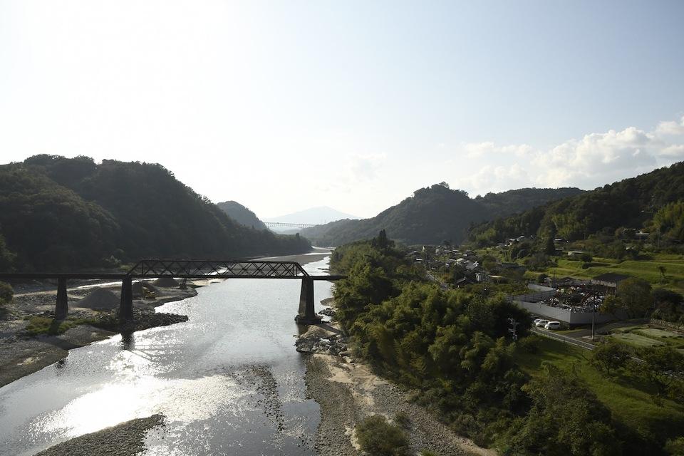 奥恵那峡の風景、木曽川のキラメク川面に北恵那鉄橋の影 border=