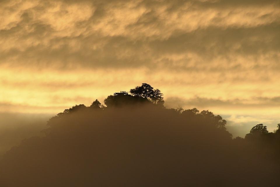 台風一過 真っ赤な夕霧に染まる 天空の城苗木城