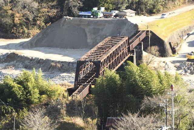旧北恵那鉄道木曽川橋梁、通称、北恵那鉄橋。上地ラクダの背中から撮影。