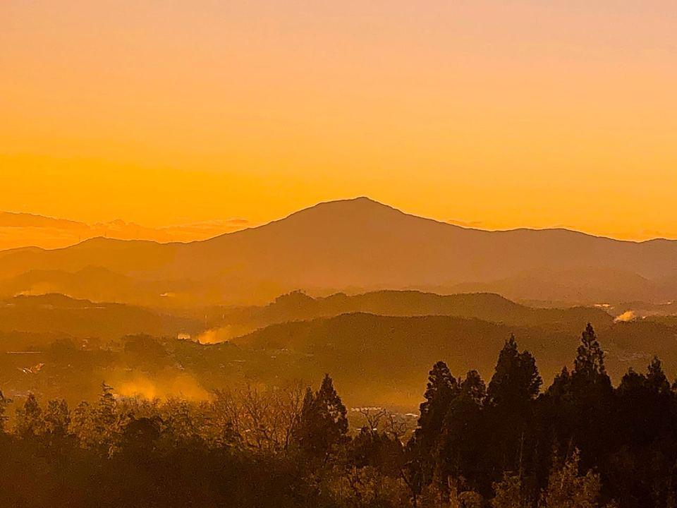 野焼きの煙たな引く晩秋の夕暮れ