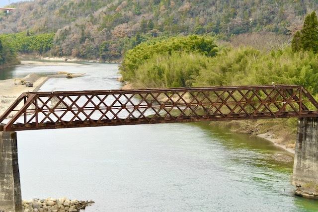木曽川奥恵那峡の風景、赤錆た北恵那鉄橋と苗木城跡,