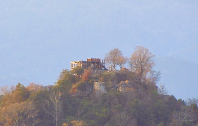 霞の中、黄金色の苗木城。 border=
