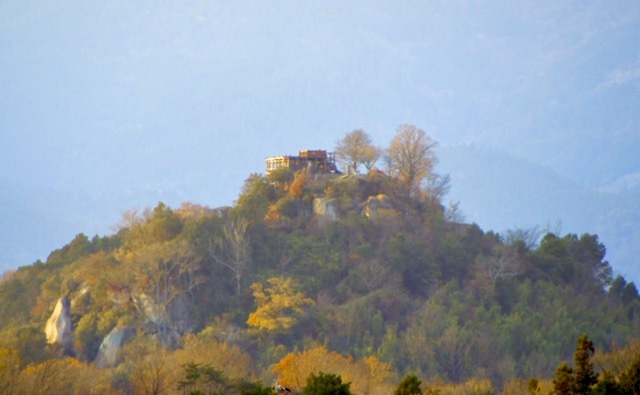 霞の中、黄金色の苗木城。