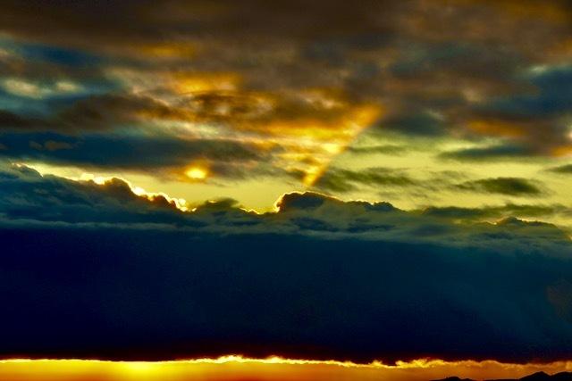 夕焼け空に放たれた一筋の強烈な薄明光線