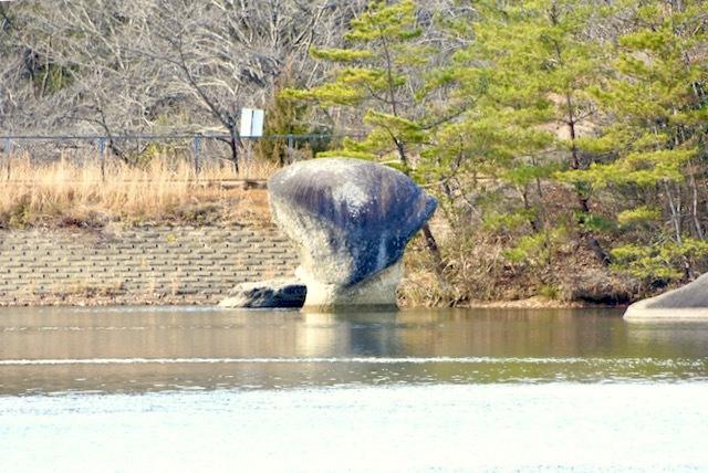 中津川の珍岩奇岩「笠岩」