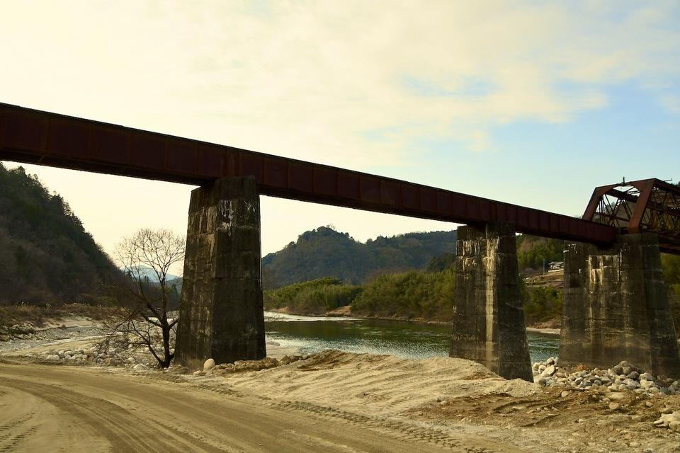 木曽川の北恵那鉄橋から苗木城を覗いて観る、 border=