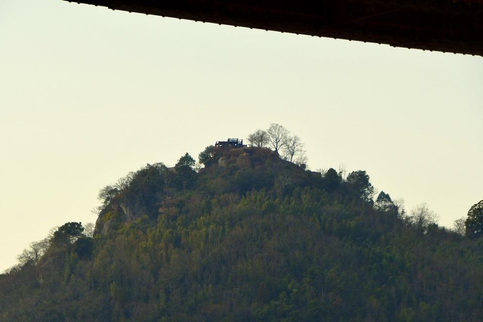 木曽川の北恵那鉄橋から苗木城を覗いて観る、